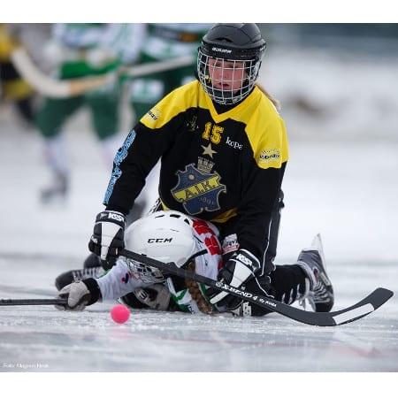 AIK:s Matilda Björk Öhman i en tilltrasslad situation med en VSK-spelare