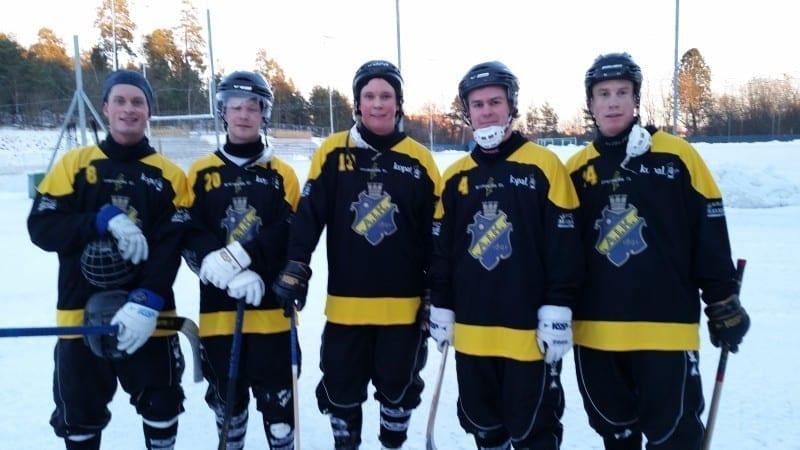 Nöjda AIK-are efter segern mot WT Bandy med 4-2. Spelarna i de nya tröjorna är fr.v. Joakim Hagström, Isak Wikström, Edvin Berg, Emil Sundlöf och Martin Olofsson.